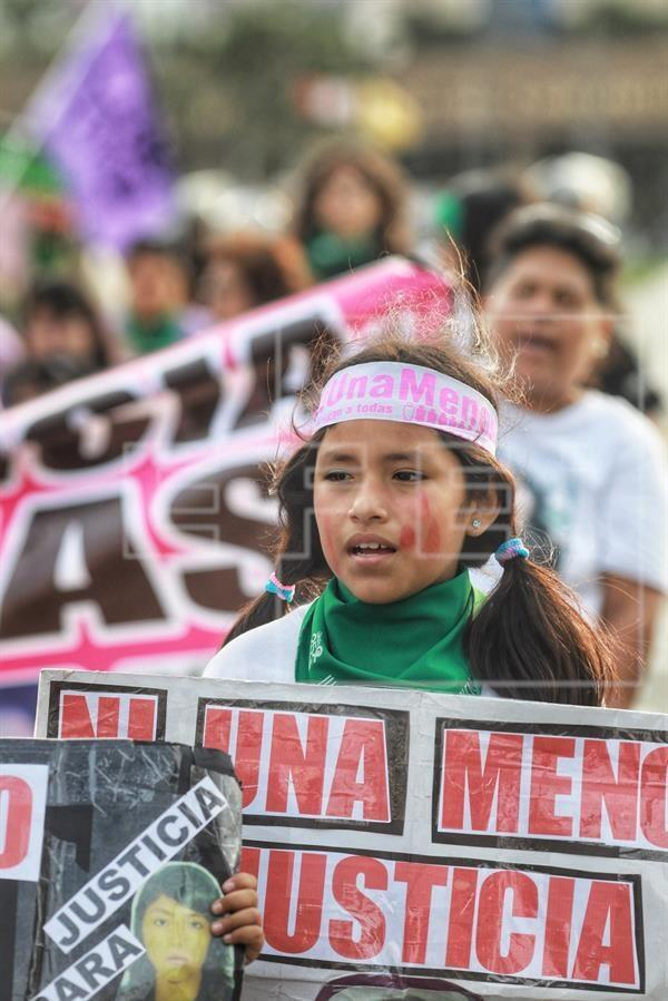 """Una niña acompaña este sábado a mujeres y activistas independientes que marchan bajo el lema """"Juntas contra todas las violencias"""", en Lima (Perú). La manifestación previa al Día Internacional de la Eliminación de la Violencia contra la Mujer (lunes 25 de noviembre), partió de las afueras del Palacio de Justicia y finaliza en la céntrica plaza San Martín con un espectáculo cultural."""