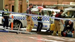 Les secours australiens sont intervenus après qu'une voiture a foncé sur la foule dans une rue commerçante de Melbourne, le 20 janvier 2017.