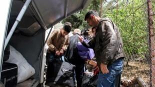 لاجئون سوريون يوضبون حقائبهم استعدادا لمغادرة بلدة شبعا اللبنانية عائدين إلى بلادهم في 18 نيسان/أبريل 2018