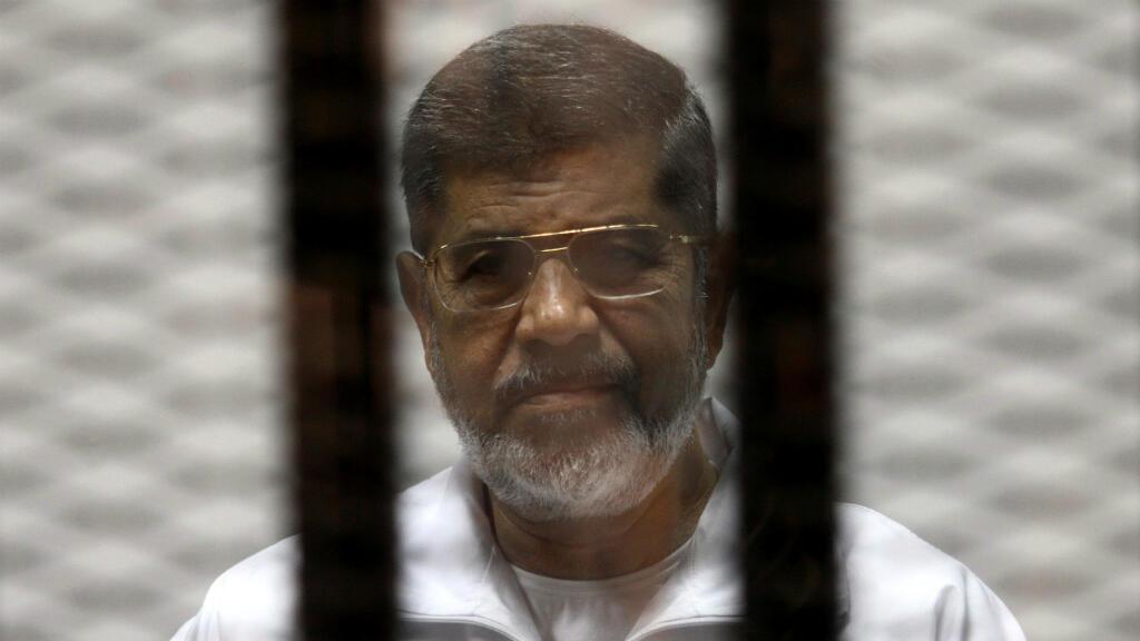 Imagen de archivo. El derrocado expresidente egipcio, Mohamed Morsi, es visto tras las rejas durante un juicio. El Cairo, el 8 de mayo de 2014.