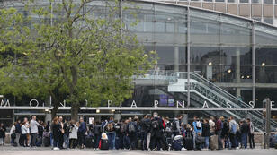 La circulation des trains a été interrompue pendant deux heures en gare de Paris-Montparnasse, dimanche 29 mai 2016.