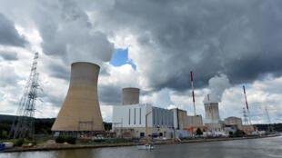 La centrale nucléaire de Tihange en Belgique le 20 août 2014. La sécurité des centrales belges a été renforcée à la suite des attentats du 22 mars par crainte de tentatives d'intrusions et de vols de matière radiocative.