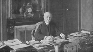 Une photographie de Philippe Pétain dans son bureau de vice-président du Conseil en mai 1940 parue dans L'Illustration, n° 5073 du 25 mai 1940.