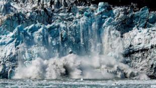 El hielo se rompe desde el frente del glaciar Margerie, en el Parque nacional y reserva de la Bahía de los Glaciares en Alaska