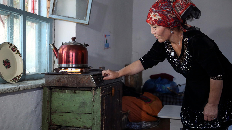 Gulnar Omirzakh prepara una tetera de té en su casa en Shonzhy, Kazajstán, el sábado 13 de junio de 2020.