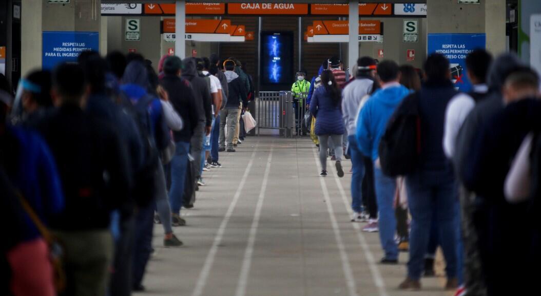 Decenas de personas hacen fila en una estación de metro, luego de que terminaran 109 días de cuarentena, en Lima, Perú, el 1 de julio de 2020.