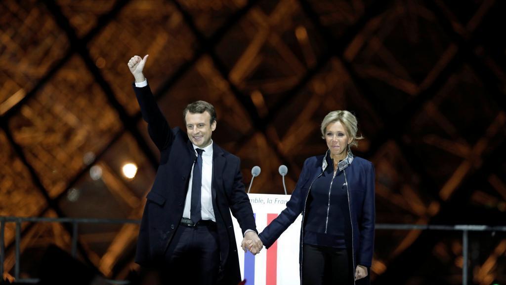 Emmanuel Macron, y esposa, Brigitte Trogneux, festejando la victoria en las elecciones el 7 de mayo de 2017, en el Louvre, París.