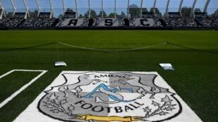 Le logo d'Amiens déployé sur la pelouse du stade de La Licorne le 25 juin 2020 à Amiens