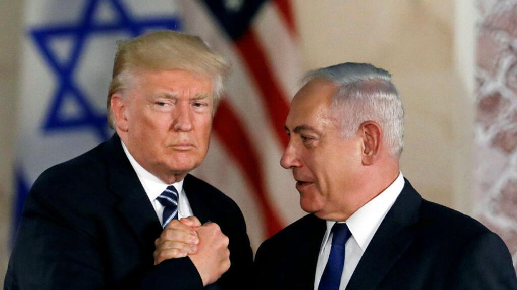 El presidente estadounidense Donald Trump y el primer ministro israelí Benjamin Netanyahu se dan un apretón de manos en el Museo de Israel en Jerusalén el 23 de mayo de 2017.