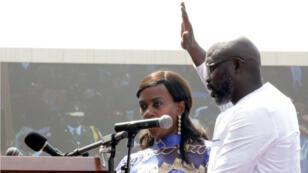 George Weah levanta la mano para jurar como presidente de Liberia en la ceremonia de investidura llevada a cabo en Monrovia, la capital del país