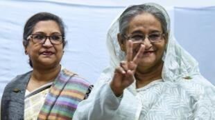 La Première ministre bangladaise Sheikh Hasina, à droite, après avoir glissé son bulletin dans l'urne, le 30 décembre 2018.