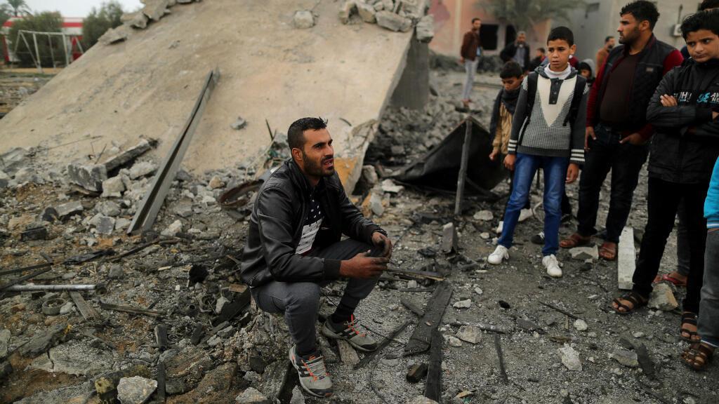 Un palestino se sienta en los restos de un edificio que fue destruido por un ataque aéreo israelí en Khan Younis, en el sur de la Franja de Gaza, el 12 de noviembre de 2018.