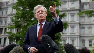 """El asesor de seguridad John Bolton señaló de estar """"casi seguro"""" de la responsabilidad de Irán en los ataques a los buques petroleros y amenazó con una respuesta """"muy fuerte"""" de Estados Unidos."""