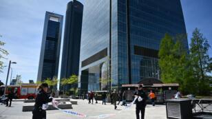 Policía española retira un cordón fuera del rascacielos Torre Espacio en el parque empresarial Cuatro Torres, en Madrid.
