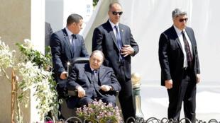 El presidente argelino, Abdelaziz Bouteflika (abajo izquierda), afronta una crisis debido a las manifestaciones que buscan evitar su quinto mandato en el país.