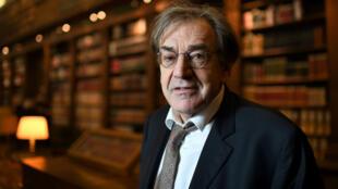 Le philosophe et académicien Alain Finkielkraut dans la bibliothèque de l'Académie française en décembre 2016.
