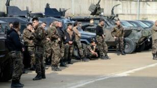 """عناصر من القوات الخاصة التركية خلال مواجهات مع جهاديين من تنظيم """"الدولة الإسلامية"""" في دياربكر"""