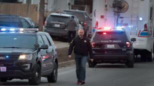 La police sécurise la zone après une fusillade à Aurora, dans l'Illinois, le 15 février 2019.