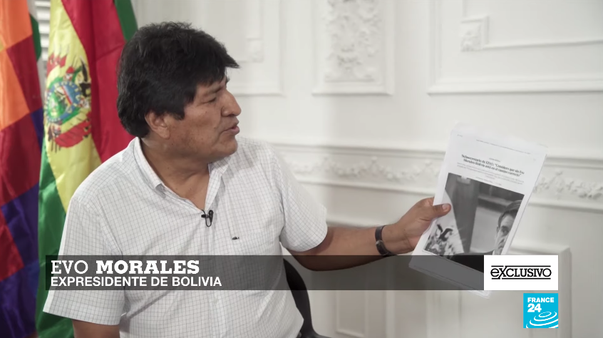 El expresidente boliviano Evo Morales muestra algunos titulares de prensa sobre la supuesta injerencia de EE.UU. en la crisis que desembocó en su salida del poder.