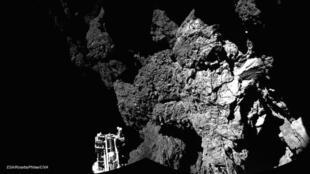 Une photo de la comète 67P/Tchourioumov-Guerassimenko prise par le robot Philae lors de sa descente.