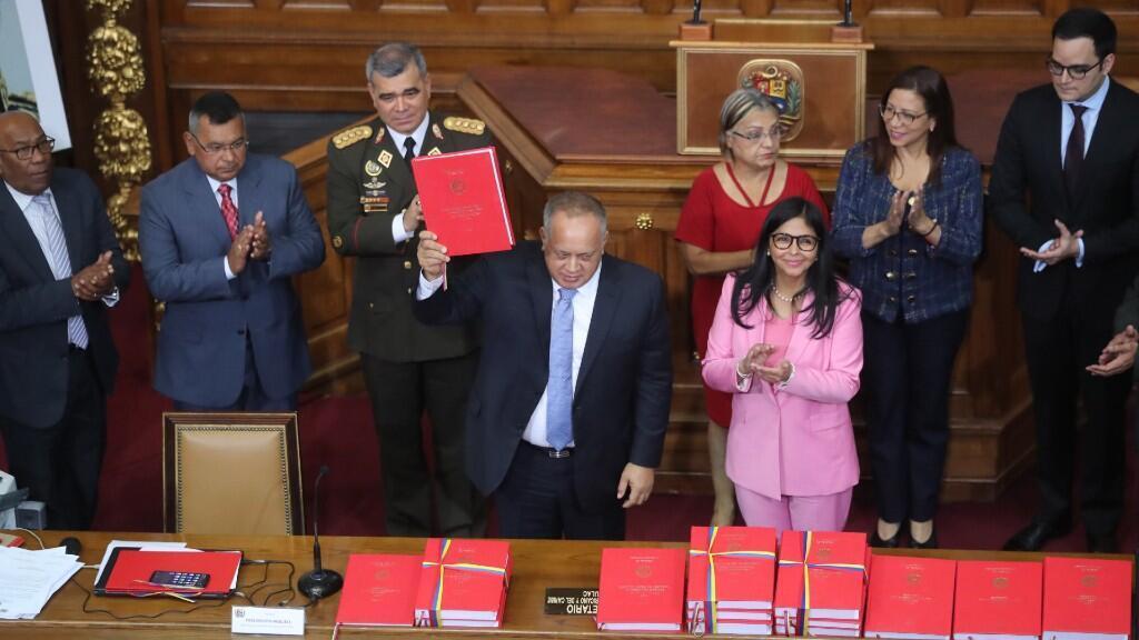 El presidente de la Asamblea Nacional Constituyente, Diosdado Cabello, y la vicepresidenta de Venezuela, Delcy Rodríguez, participan este lunes durante una sesión para presentar el presupuesto general de la nación para el año 2020, en Caracas, Venezuela.