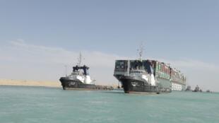 Una fotografía facilitada por la Autoridad del Canal de Suez muestra remolcadores cerca del buque portacontenedores Ever Given después de que fue reflotado en el Canal de Suez, Egipto, el 29 de marzo de 2021.