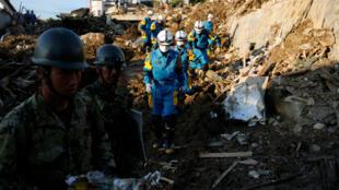 Más de 70.000 efectivos militares, policías y bomberos trabajan para recuperar las zonas afectadas por las lluvias en el oeste de Japón.