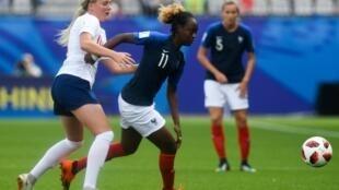 La Française Melvine Malard (d) face à l'Angleterre, le 14 août 2018 à Vannes