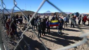 Ciudadanos venezolanos permanecen varados en el cruce fronterizo chileno con Bolivia en la localidad de Colchane, Chile, el 27 de junio de 2019