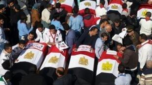 مشاركون في تشييع ضحايا الاعتداء في القاهرة في 12 كانون الأول/ديسمبر 2016