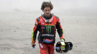 El español Joan Barreda camina después de un incidente en la etapa 3 del rally Dakar. San Juan de Marcona - Arequipa, Perú. 9 de enero de 2019.