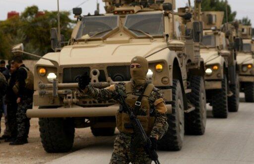 عناصر من قوات سوريا الديمقراطية وجنود أمريكيون يقومون بدورية شمال شرق سوريا 4 تشرين الثاني/نوفمبر