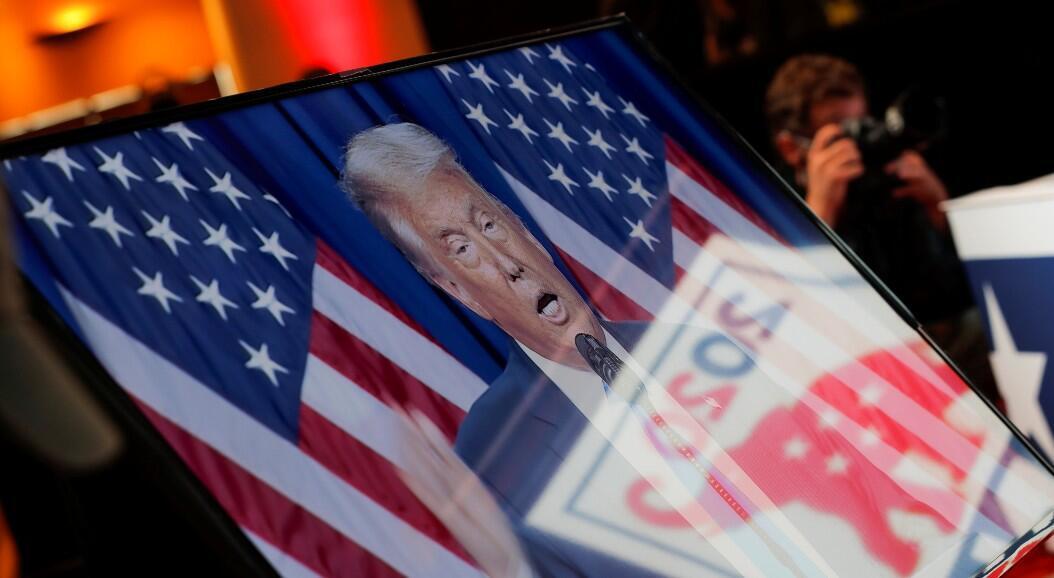 Se ve al presidente Donald Trump, en un monitor de televisión, mientras se dirige en el primer día de la Convención Nacional Republicana, en Charlotte, Carolina del Norte, Estados Unidos, el 24 de agosto de 2020.