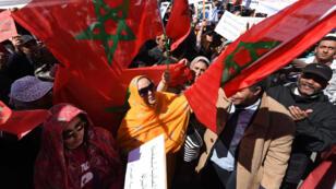 متظاهرون مغاربة يرفعون الأعلام الوطنية في الرباط 13 آذار/مارس 2016