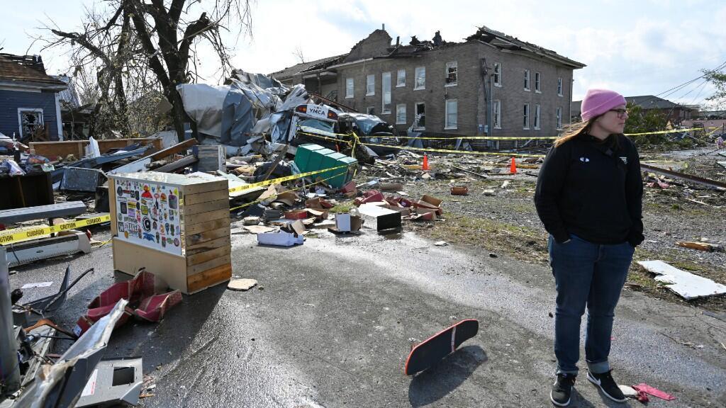 Cara Harris vigila los restos de la tienda de monopatines de Hunt Supply después de que un tornado azotara el este de Nashville, Tennessee, EE.UU., el 3 de marzo de 2020.
