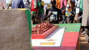 Des membres de l'opposition sur la tombe de Thomas Sankara, le 15 octobre  2014, jour du 27e anniversaire de sa mort.