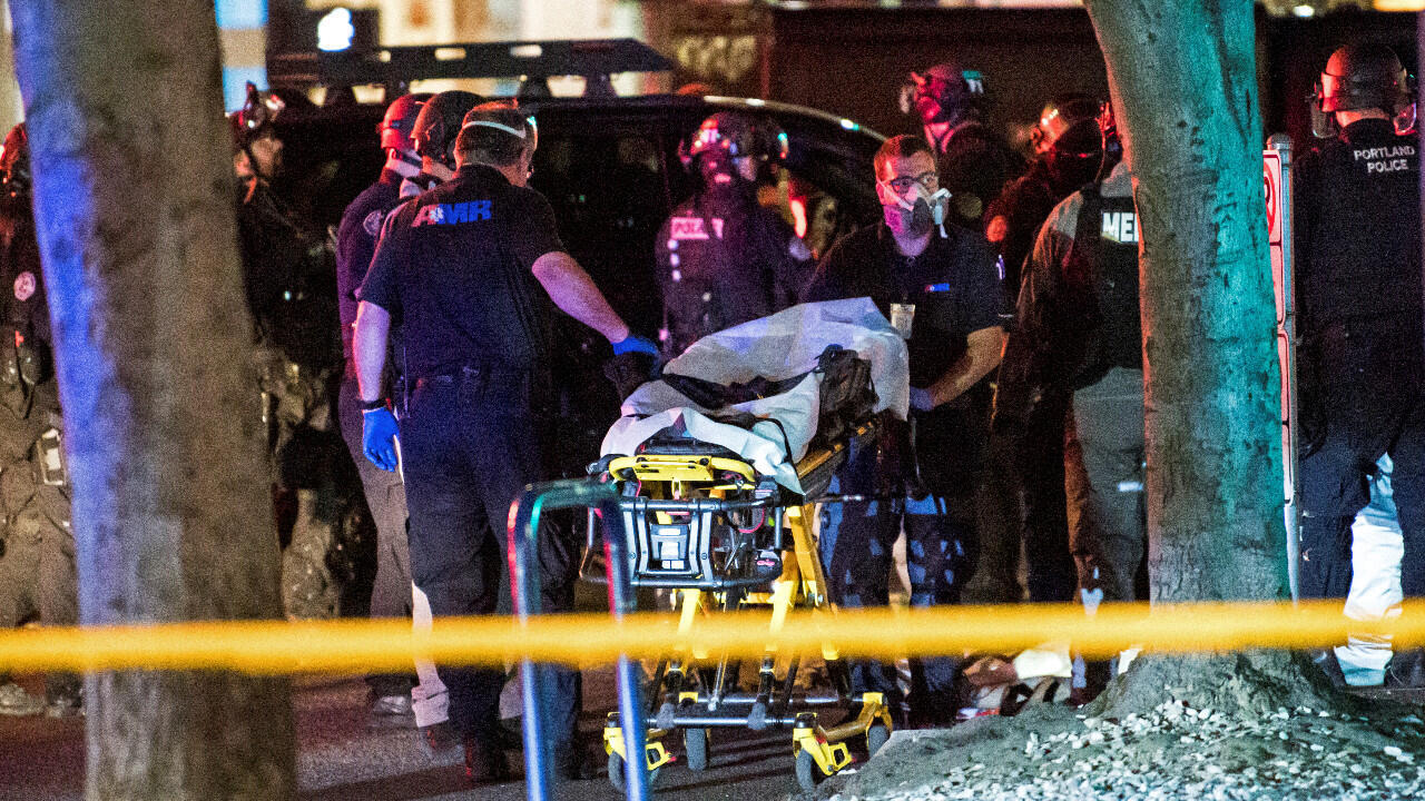 Évacuation du corps d'un homme qui a été abattu, au milieu des affrontements de rue du week-end entre les partisans du président Donald Trump et les contre-manifestants à Portland, Oregon, États-Unis 29 août 2020.