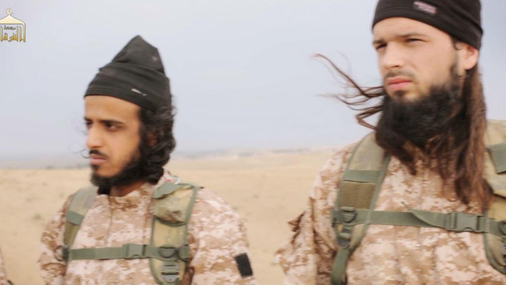 Maxime Hauchard, français, apparaît sur la droite. La vidéo le montre en train de décapiter un soldat syrien.