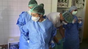 فريق طبي في مستشفى ببولون في إيطاليا 15 أبريل/نيسان 2020.