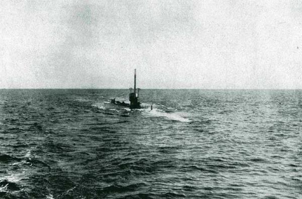 Le sous-marin U-35 patrouillant en mer Méditerranée en 1915