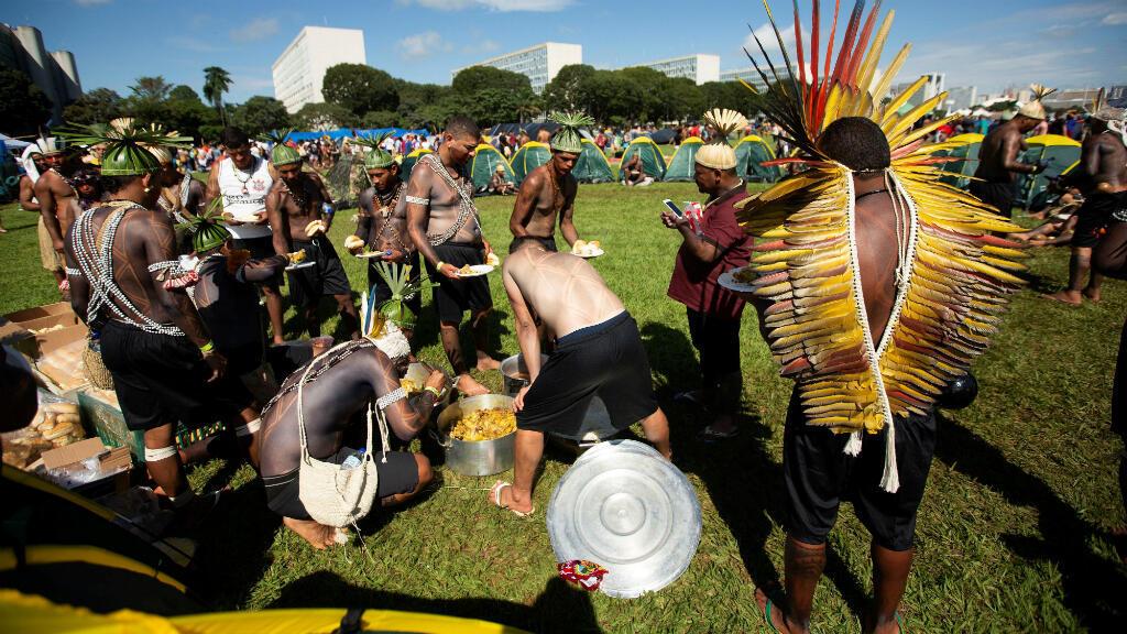Los indígenas acamparán hasta el viernes 26 de abril en la Explanada de los Ministerios en Brasilia, Brasil.