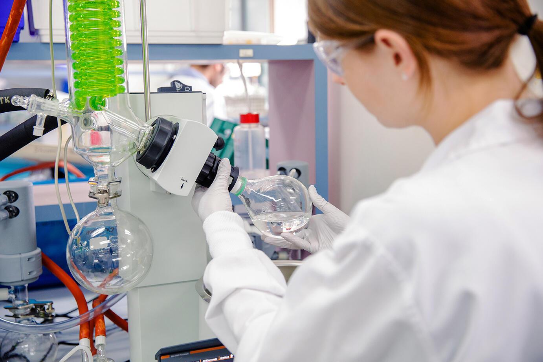 امرأة تعمل في مختبر لعلوم الصحة البيئية في وولونغابا، بريسبان، أستراليا، 2019.