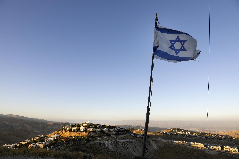 العلم الإسرائيلي يرفرف بالقرب من مستوطنة كفار أدوميم شرقي القدس في 23 حزيران/يونيو 2020