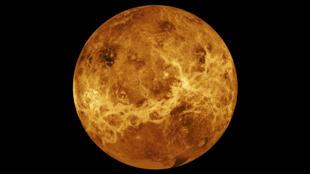 Una fotografía ultravioleta del planeta Venus tomada el 10 de febrero del año 1974, con la luz solar reflejándose en su perpetuo velo de nubes