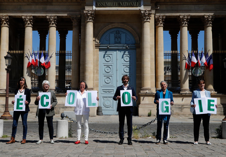 """Six membres, parmi lesquels Cédric Villani et Delphine Batho, du nouveau groupe parlementaire """"Écologie Démocratie Solidarité"""", posent, le 19 mai 2020, devant l'Assemblée nationale."""