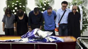 Des photos diffusées par les autorités montrent Liu Xia (à droite) devant le corps de son mari, le 15 juillet.