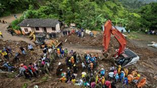 Les équipes de recherche à pied d'œuvre pour retrouver d'éventuelles victimes à Rosas, au sud-ouest de la Colombie, le 21 avril 2019.