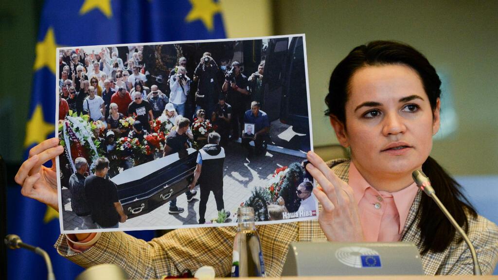 La líder de la oposición bielorrusa, Svetlana Tikhanovska, sostiene una foto mientras habla con los miembros del comité de Asuntos Exteriores del Parlamento Europeo, en Bruselas, Bélgica, el 21 de septiembre de 2020.