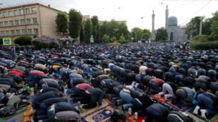 Musulmanes oran en los exteriores de la Catedral Mezquita de Moscú, Rusia, durante la celebración del Eid al Fitr con motivo del fin del mes del Ramadán, este martes 4 de junio de 2019.