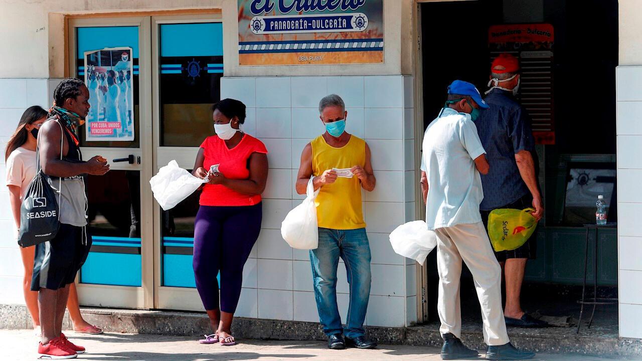 Varias personas esperan su turno para comprar en una panadería, en La Habana, Cuba, el 11 de agosto de 2020.
